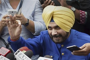 A former BJP MP and now leader of the Awaz-e-Punjab, Navjot Singh Sidhu, had a long and secret meeting with Congress vice-president Rahul Gandhi recently. (PTI)