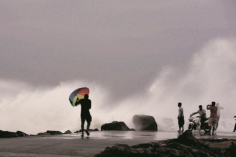 Vardah, andhra pradesh, tamil nadu, cyclone, strong cyclone, gallery cyclone, pictures cyclone, pictures of cyclone, cyclone in india