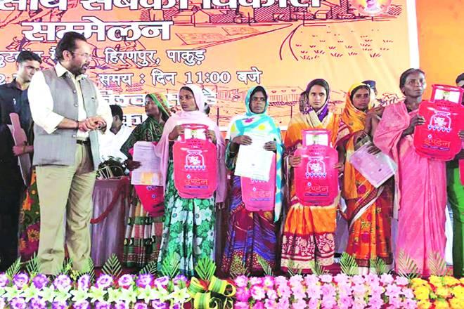 Narendra Modi, Union minister Mukhtar Abbas Naqvi, LPG connection, PMUY, Jharkhand
