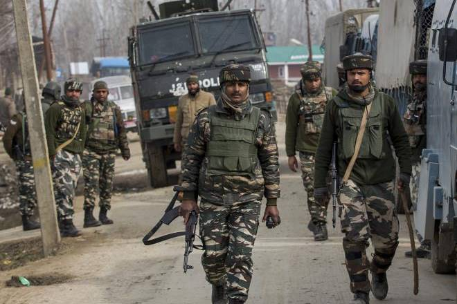 Srinagar, 4 cops injured, 4 cops injured in grenade attack
