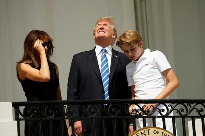 Donald Trump, Donald Trump Solar Eclipse, Solar Eclipse United states, Solar Eclipse america, Donald Trump Solar Eclipse no glasses, eclipse glasses trump, donald trump news