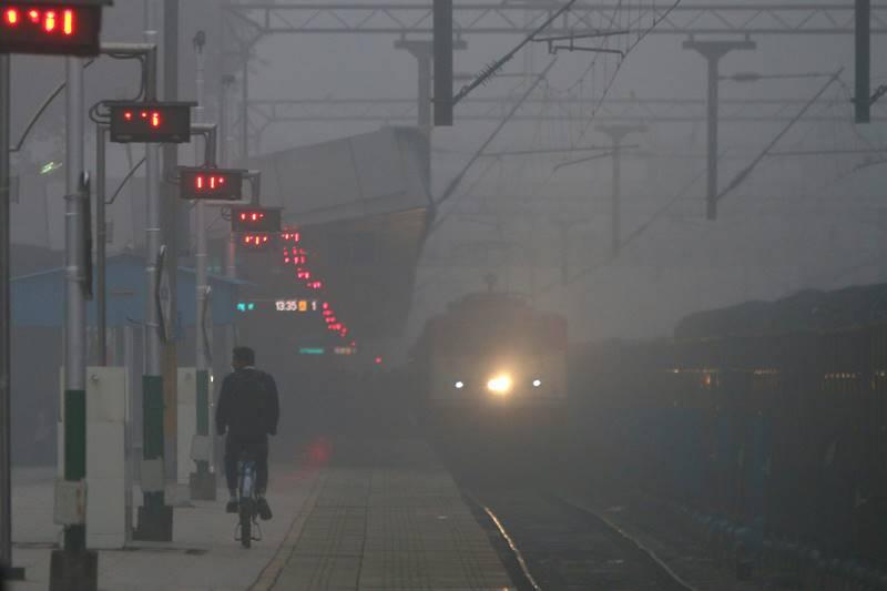 Indian Railways,train status, train schedule, Indian Railways train status, fog engulfs Delhi, air quality, very poor air quality,Central Pollution Control Board, CPCB,Particulate Matter
