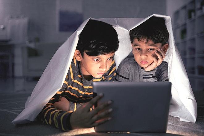 internet, internet and children, Facebook,iPad, whatsapp, online, children online