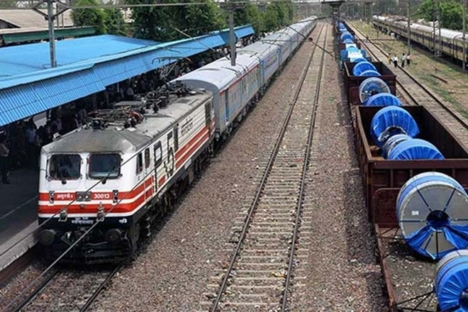 RAILWAYS, INDIAN RAILWAYS, PASSEMGER KICKED OUT F MOVING AIN, MADHYA PRADESH, BHOPAL