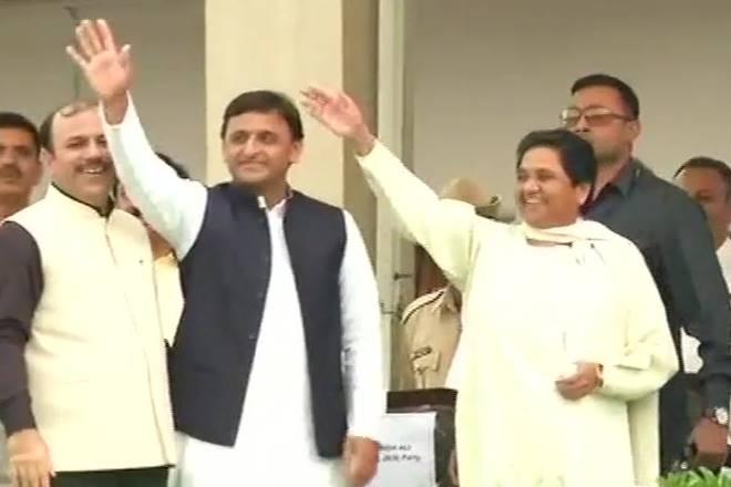Akhilesh Yadav Mayawati, sp bsp, akhilesh yadav mayawati stage photo, akhilesg maya stage picture, akhilesh maya together on stage, stage akhilesh mayawati, akhilesh mayawati, hd kumaraswamy swearing in