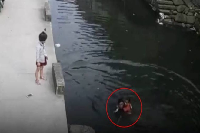 Delivery boy, drowing girl video, Delivery boy saving girl video, girl drowing china, girl drowing in canal, china girl drowning